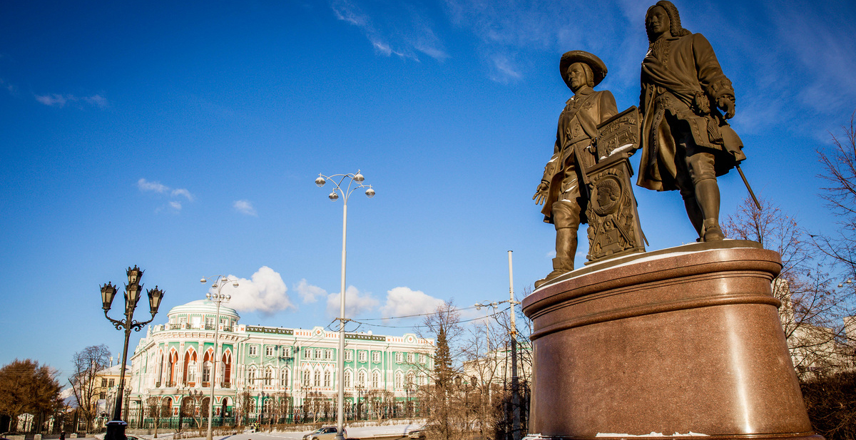 The monument to Tatishchev and de Hennin in Yekaterinburg